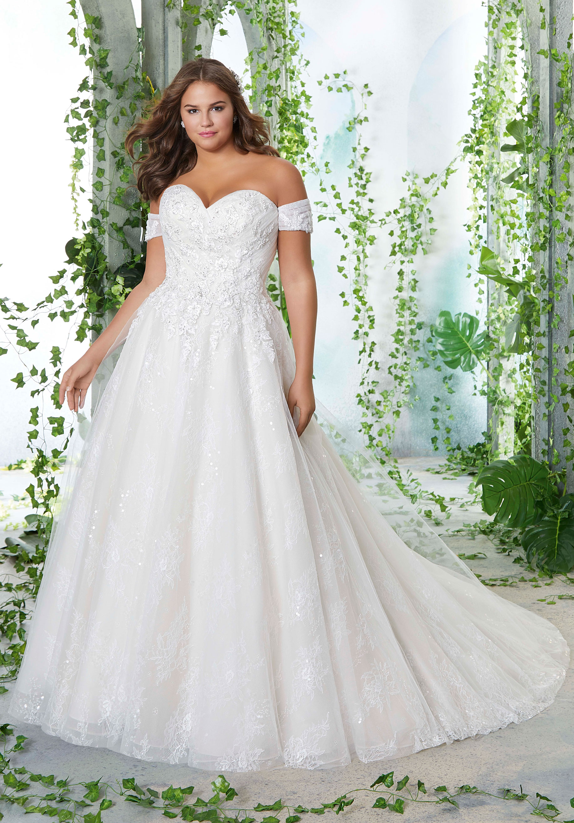 How to choose a wedding dress for a plus size bride?
